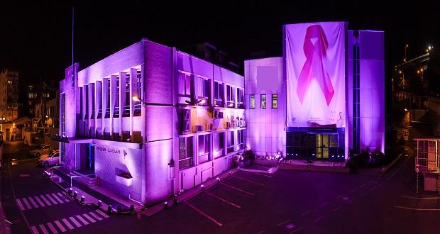 Pfizer Merkez Binası, Meme Kanseri Farkındalığı İçin Pembe Işıklandırıldı